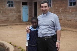 """Z Eldine Ngugi. Dziewczynka mieszka przy parafii i uczęszcza do szkoły w ramach programu """"Pomoc dla Kenii"""""""